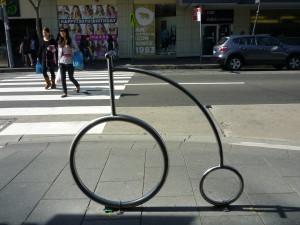 歩道に設置されている可愛い自転車スタンド(Randwickにて)