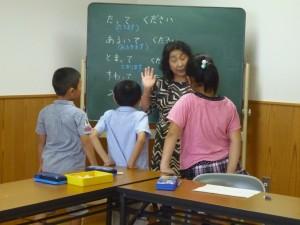 取り出し授業をする北川さん(能代の小学校で)