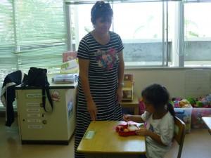 日本の学校に行く予定なので、お箸の練習を・・・