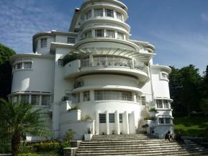 インドネシア教育大学の素敵な建物です(夜には、ライトアップされ・・・)