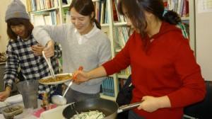 チジミを作る学生達