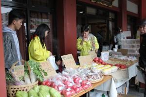 野菜を売る福島の高校生と留学生達