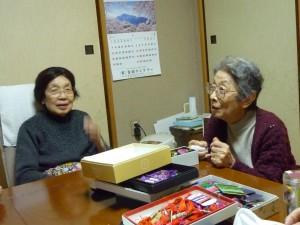 熱心に質問なさるMさん(向かって右:昨年90歳を迎えられました)