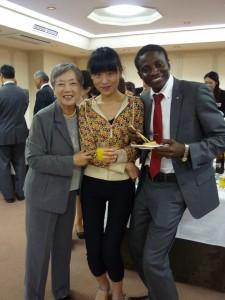 優秀賞の高さん(中国:真ん中)とアクエテビさん(トーゴ・右)