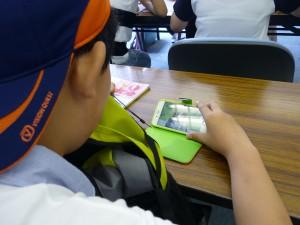 「スマホで日本語の勉強」と言っているのですが、音は聞かず、中国語の字幕を見て・・・