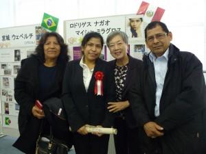 マイシャさんとご両親と一緒に記念撮影