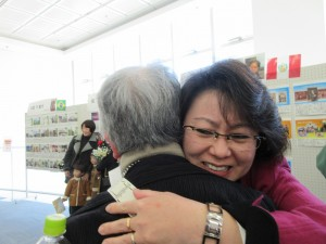 デリアさんがお世話になった絹村さんと抱き合って「感謝の気持ち」を表していました。