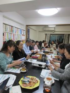 参加者が配られた「おくすり手帳」に見入る方々