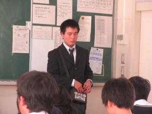 授業中の大胡田裕さん