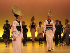 みんなと一緒に阿波踊りを体験するイエンさん
