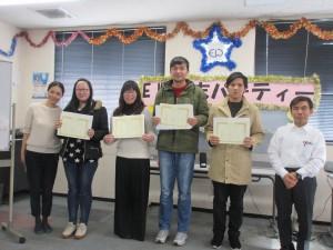 受賞した4人の留学生(第2席の林さんは欠席です。もう就職が決まって、会社勤めを始めました)