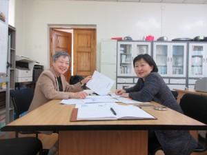 モンゴル国立大学でも、大学生のための教科書作りが始まっています。エギさんと率直に話し合いをしているところです。楽しいひと時でした。