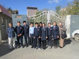 校」の生徒さんが正門まで出迎えてくれました。