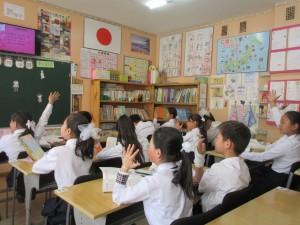 54番学校6年生の授業風景です。「先生、早く私を当ててください!」といった感じで、元気に手を挙げていました。