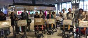 みんなで空港で手分けして、手荷物として持っていきます。