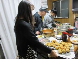「子ども食堂」でボランティアをする留学生達