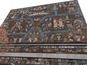図書館の4つの面を使って、メキシコの歴史が語られています。まずは北側から始まります。
