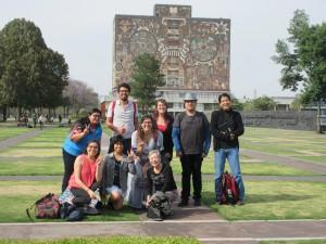 UNAMの学生さんたちと一緒に、世界遺産である中央図書館をバックに記念撮影