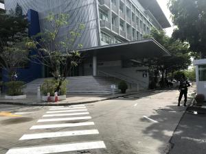 (大学の正面入口 - 現在は黄色いテープがはられ正面入口から入ることはできません)