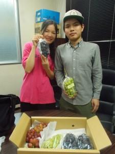 焼津のお母さんから届いた葡萄を持つ学生さん達
