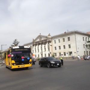 車はライトをつけて、公共交通の路線バスには風船をつけてお祝いします(2018.年6月1日撮影)