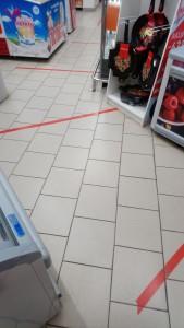 コンビニ店内のソーシャルディスタンスを示すライン