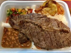 お弁当は、主に牛肉、鶏肉、パスタ、ベジタリアンなどから選べます。写真は牛肉の例。