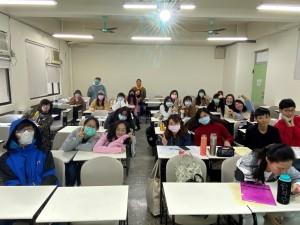 淡江大学日本語文学科「作文クラス」のみなさんです。おとなしいのですが、作文の内容が個性的で、いつも読むのが楽しみです!(虞さんより)