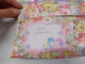 薛さん(台湾出身)がエフゲニーさんに「ロシア語で書いたお誕生日カード」を渡しました。