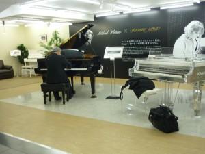 浜松駅新幹線のコンコースにはいつも素晴らしいピアノが置いてあります。そして、みんなが思い思いに、ピアノと向き合うことができるのです。