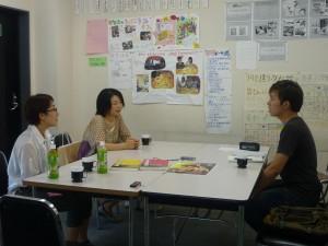 岡村さんと、編集者の田中さんと話をするソさん。