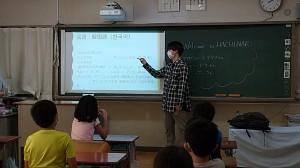 韓国語を見て、生徒さん達は「あ、面白い!」「知っている」とワイワイガヤガヤ。